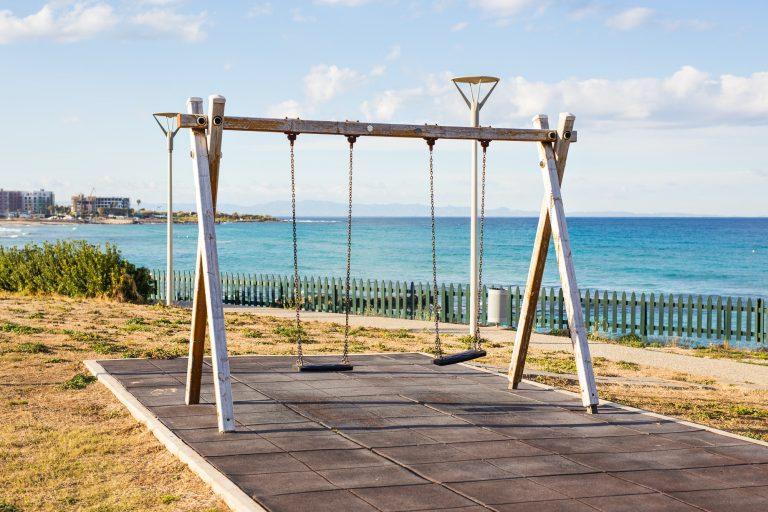 Gungställning på lekplats vid strand
