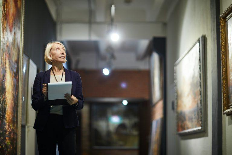 Kvinna som arbetar på konstmuseum